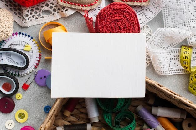 Lege witte kaart en fournituren kleurrijke accessoires Gratis Foto