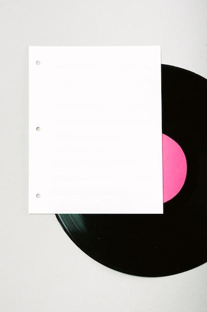 Lege witte pagina op vinyl record tegen de achtergrond Gratis Foto
