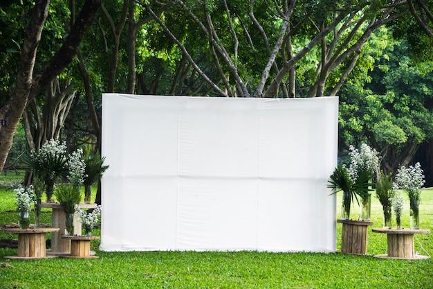 Lege witte scherm reclame banner stof mock-up sjabloon Premium Foto