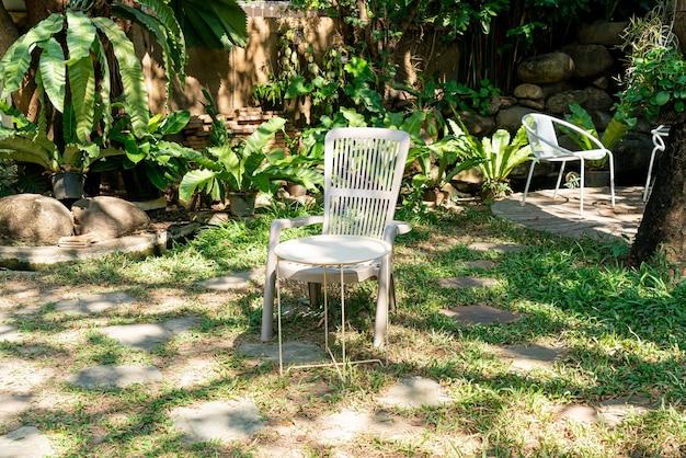 Lege witte stoel in de tuin Premium Foto