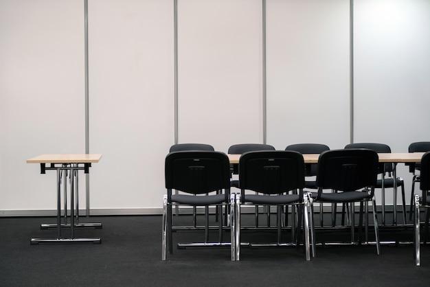 Lege zakelijke vergaderruimte. bureau en stoelen voor besluitvorming. Premium Foto