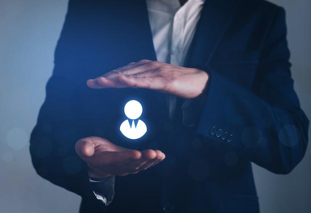 Leider leidt zijn team met verzekeringen, personeelszaken, uitzendbureau en marketing segmentatie. Premium Foto