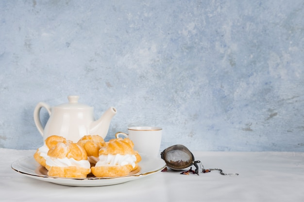 Lekker dessert naast thee Gratis Foto