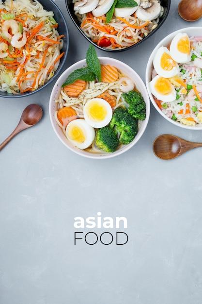 Lekker en gezond aziatisch eten op een grijze gestructureerde achtergrond Gratis Foto
