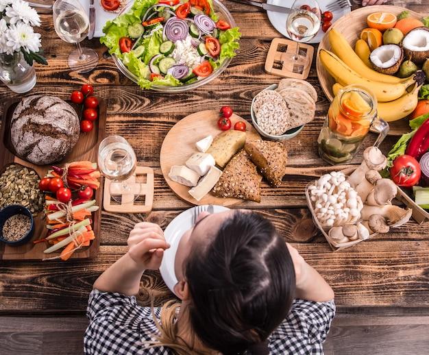 Lekker eten met vrienden. bovenaanzicht van groep mensen samen eten Premium Foto