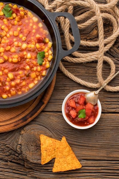 Lekker mexicaans eten met nacho's en dip Gratis Foto