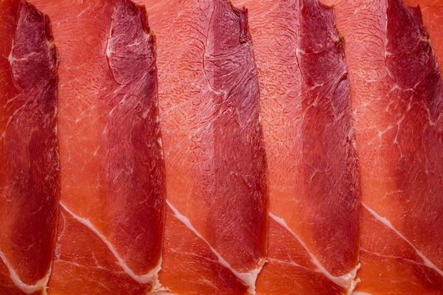 Lekker vlees achtergrond, dun gesneden jamon. Premium Foto