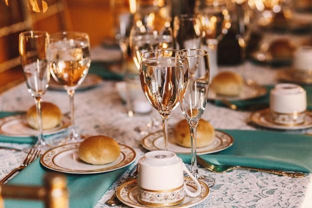 Lekkere broodjes liggen op witte borden met gouden ontwerp Gratis Foto