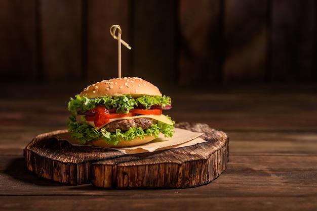 Lekkere gegrilde zelfgemaakte hamburger met rundvlees Premium Foto
