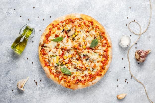 Lekkere kip pizza met champignons en kruiden Gratis Foto
