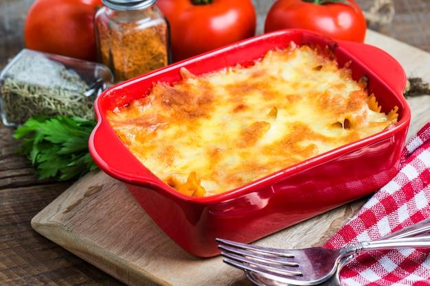 Lekkere lasagne in een rode container Gratis Foto
