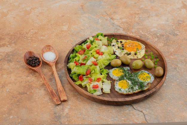 Lekkere lunch op het houten bord Gratis Foto