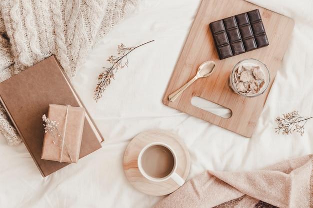 Lekkere maaltijd met warme dranken en boek in bed Gratis Foto