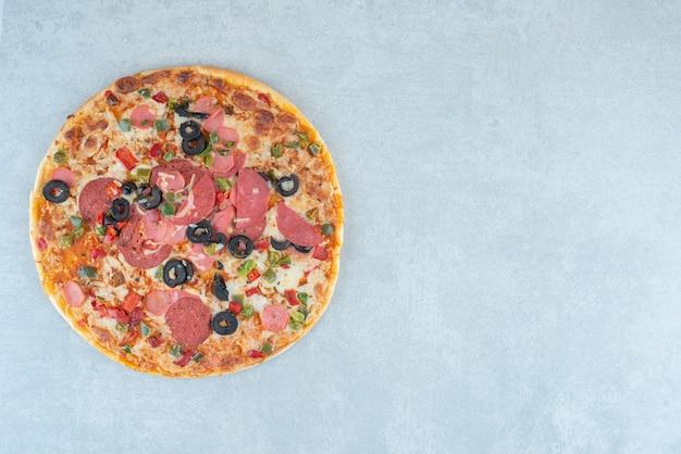 Lekkere pizza weergegeven op de achtergrond. hoge kwaliteit foto Gratis Foto
