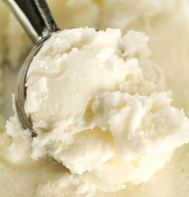 Lekkere, smakelijke, puree vanille-romige ijs met ijslepel. detailopname. Gratis Foto