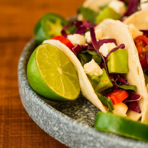 Lekkere taco's op plaat met limoen Gratis Foto