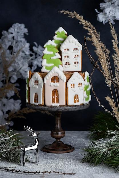 Lekkere zelfgemaakte kerst honing cake met peperkoek decoraties Premium Foto