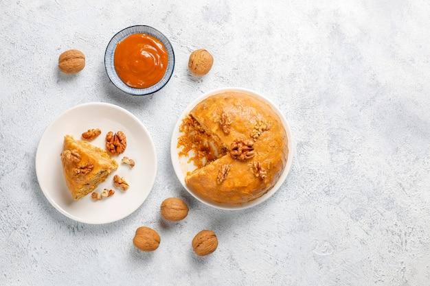 Lekkere zelfgemaakte sovjet traditionele anthill cake met walnoot, gecondenseerde melk en koekjes Gratis Foto