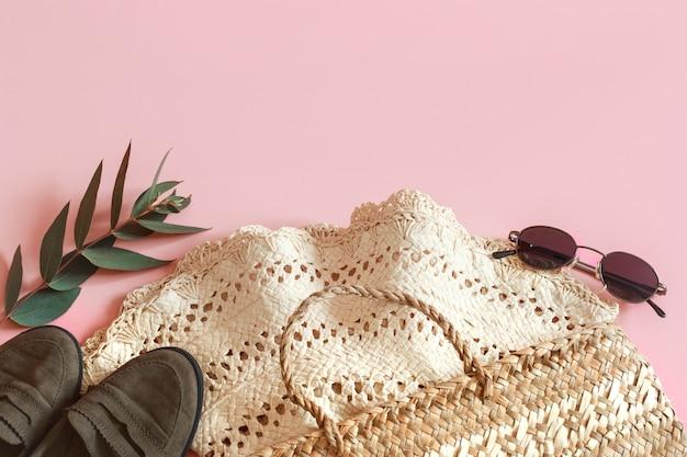 Lente accessoires en kleding op een roze achtergrond Gratis Foto
