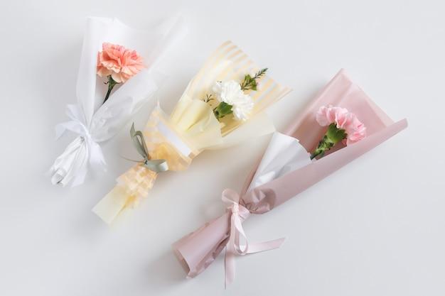 Lente bloemen. verse boeketten met anjer in minimalistische stijl Premium Foto