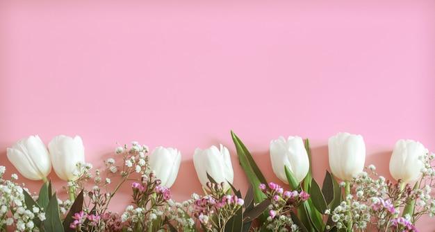 Lente bloemstuk op een roze achtergrond Premium Foto