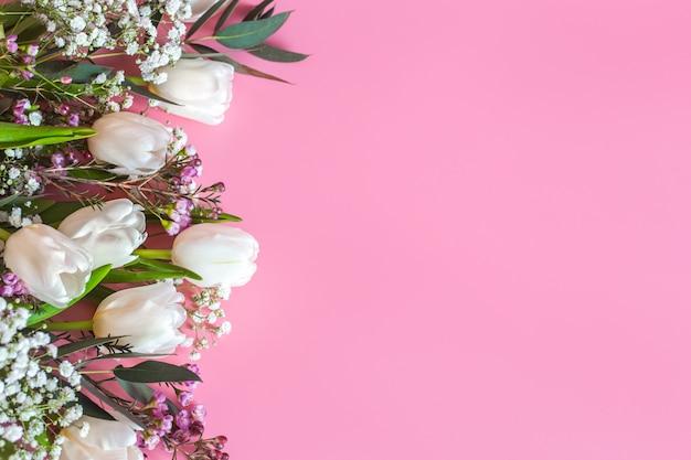 Lente bloemstuk op een roze achtergrond Gratis Foto