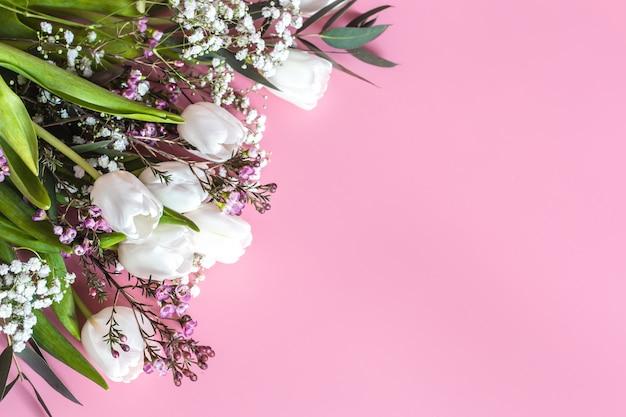 Lente bloemstuk op een roze muur Gratis Foto