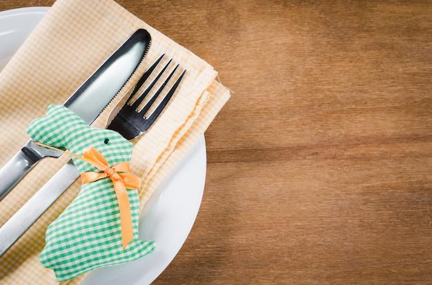 Lente feestelijke tabel instellen voor pasen-diner. Premium Foto