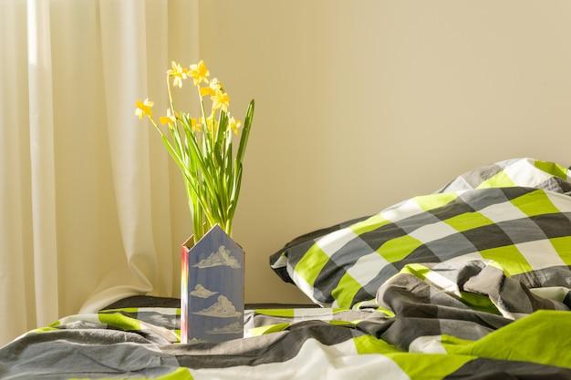 Lente gele bloemen in het interieur van de slaapkamer Premium Foto