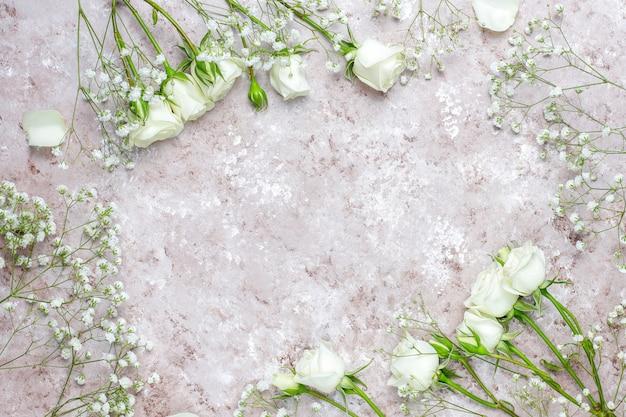 Lente kaart met witte rozen en bloemen, bovenaanzicht Gratis Foto