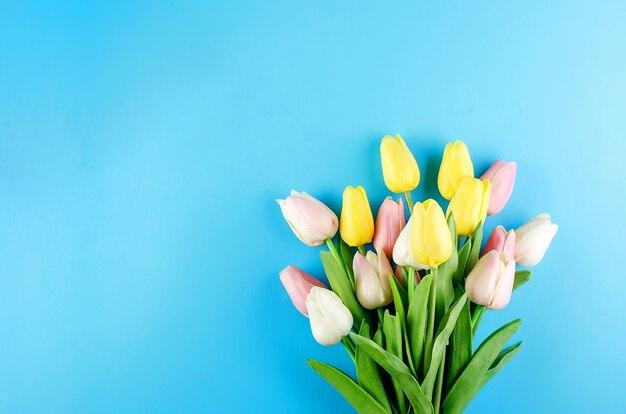 Lente of vakantie concept met een boeket tulpen Premium Foto