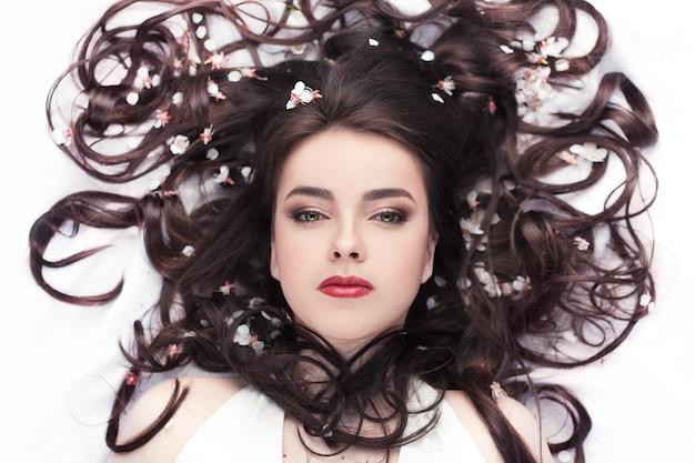 Lente schoonheid of vrouw cosmetica concept. mode portret schot Premium Foto