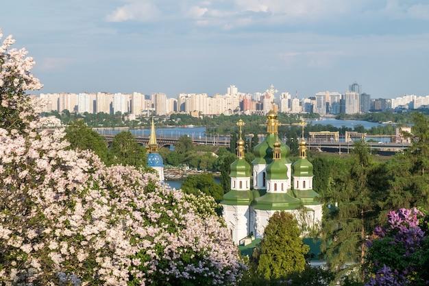 Lente uitzicht op vydubychi klooster en de rivier de dnipro Premium Foto