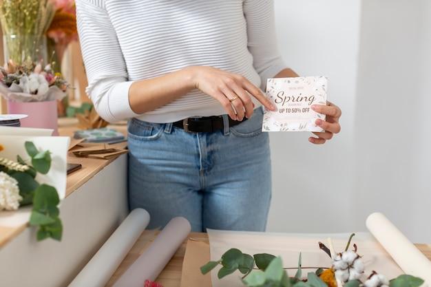 Lente verkoop van kleine bloemenwinkel bedrijf en vrouw Gratis Foto