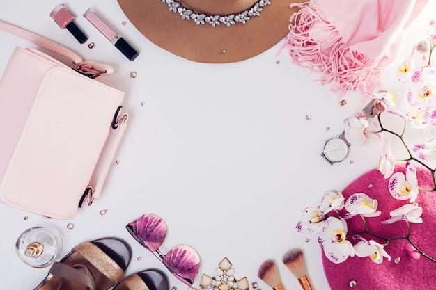 Lente vrouwelijke outfit. aantal kleding, schoenen en accessoires met orchidee. Premium Foto