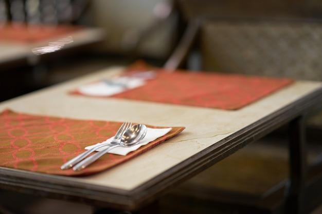 Lepel en vork op lijstvoorbereiding voor voedselmaaltijd in restaurant Premium Foto