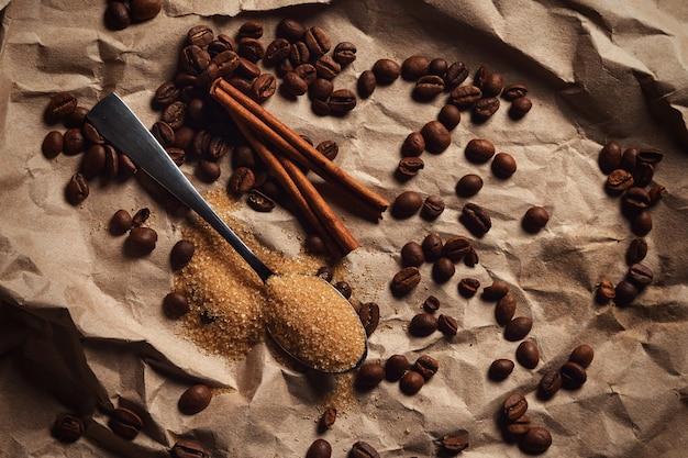 Lepel met bruine suiker en koffiebonen Premium Foto