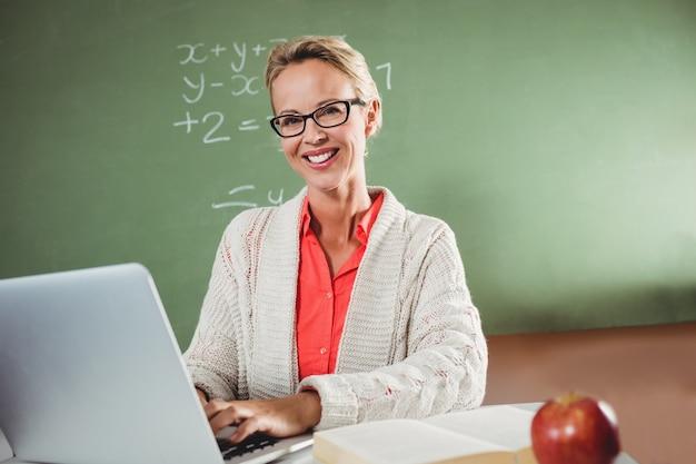 Leraar die laptop met behulp van Premium Foto