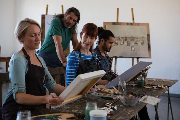 Leraar en student op zoek vrouw met kunstenaars canvas Premium Foto