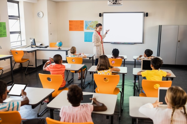 Leraar les geven aan haar studenten Premium Foto