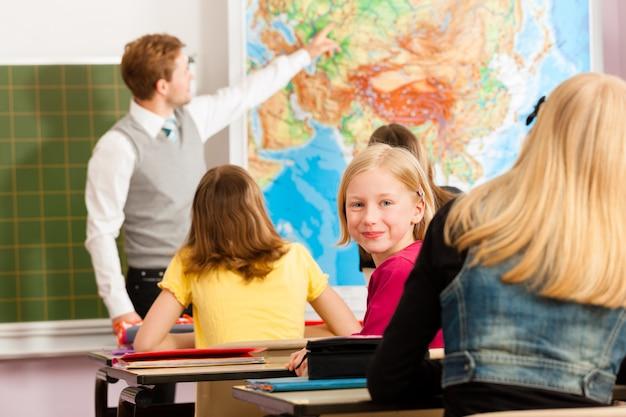 Leraar met leerling in schoolonderwijs Premium Foto