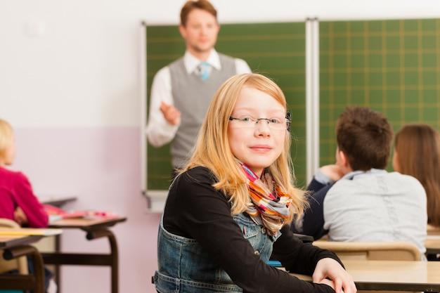 Leraar met leerlingen in schoolonderwijs Premium Foto