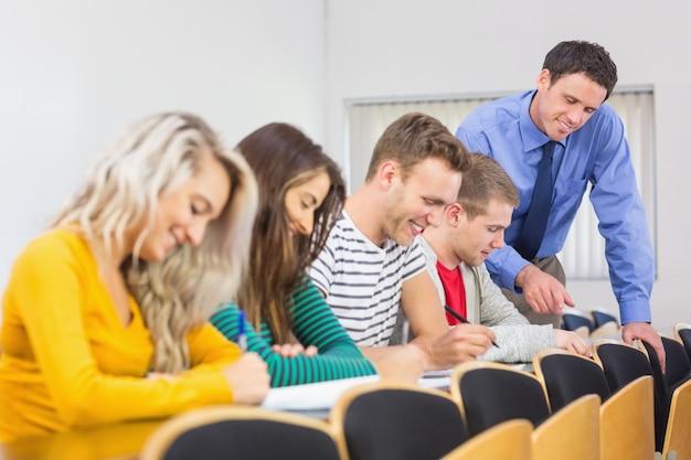 Leraar met studenten in het klaslokaal Premium Foto