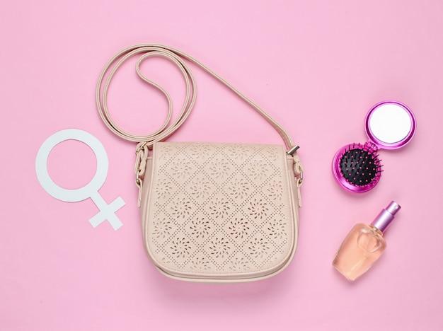 Leren modetas, parfumfles, spiegelkam, symbool voor genderfeminisme Premium Foto