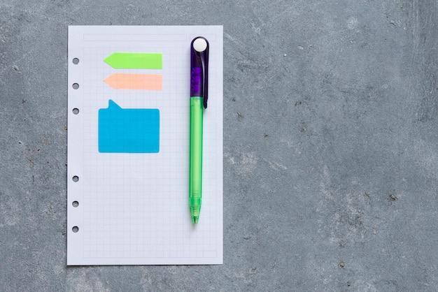 Let op boek en nota papier op een volwassen achtergrond Premium Foto
