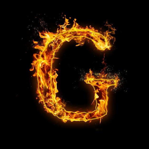 Letter g. vuurvlammen op zwart, realistisch vuureffect met vonken. Premium Foto