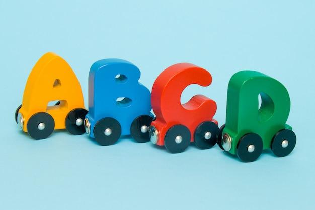 Letters a, b, c, d van een treinalfabet met locomotief. Premium Foto