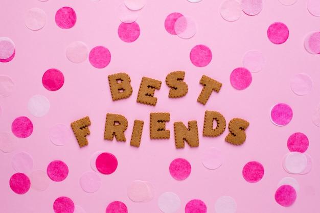 Letters cookies beste vrienden met confetti op roze Premium Foto