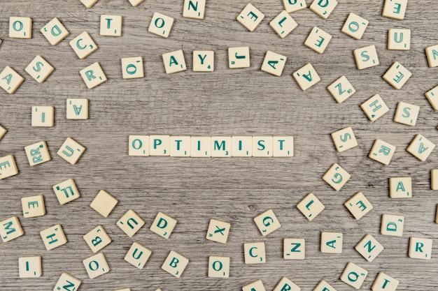 Letters die het woord optimist vormen Gratis Foto