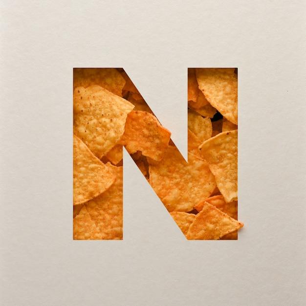 Lettertypeontwerp, abstract alfabet lettertype met driehoekige maïsspaanders, realistische bladeren typografie - n. Premium Foto
